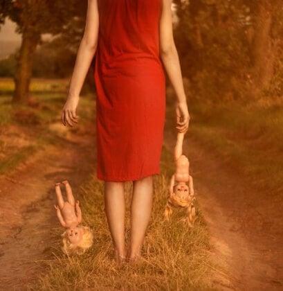 Kvinna med dockor