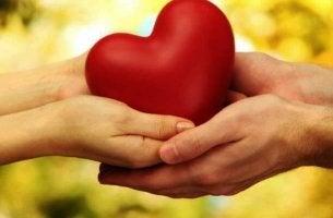 Lämnar över hjärta