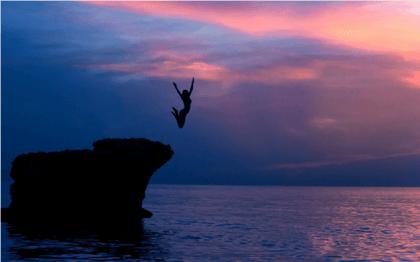 Hoppar från klippa