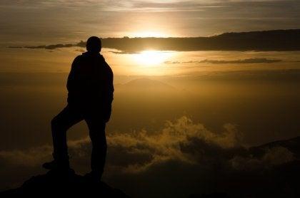 Står på bergstopp
