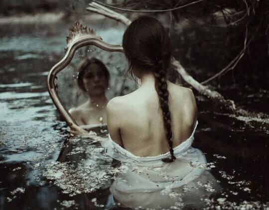 Kvinna med spegel