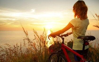 Flicka med cykel