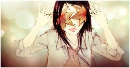 Flicka med höstlöv