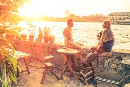 Par som sitter vid vattnet