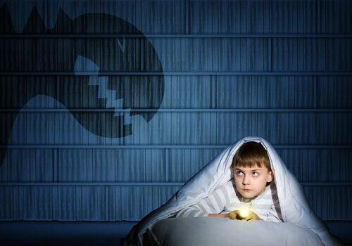 Barn under täcke