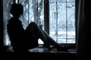 Kvinna i fönster