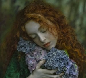 Kvinna kramar blommor