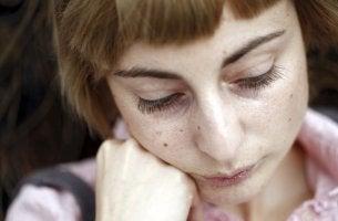 Kvinna som behöver tröst
