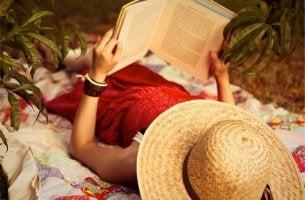 Läser en bok