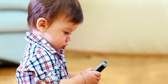 Pojke med mobiltelefon