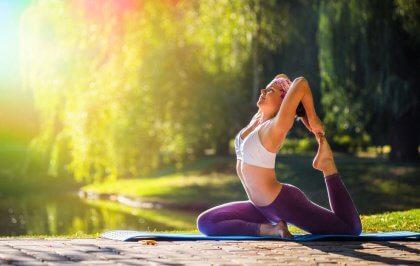 Yogaställning i park