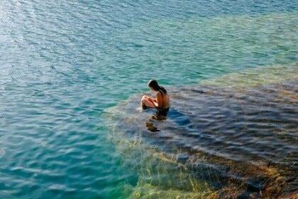 Flicka i vattnet