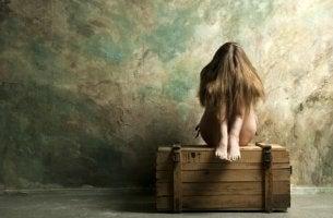 Sittande på låda