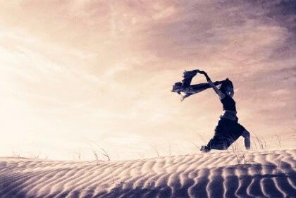 Springer över sanddyner