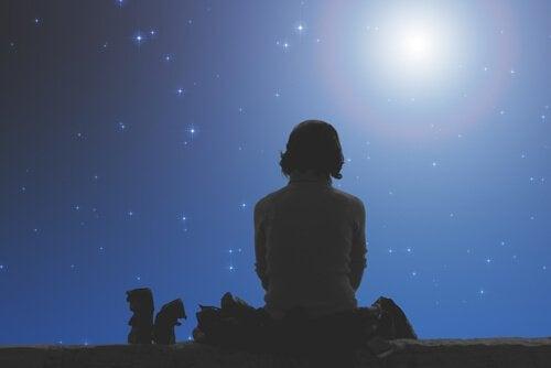 Flicka under stjärnhimmel