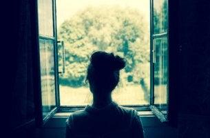 Tittar ut från fönster