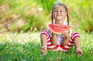 Tjej med vattenmelon