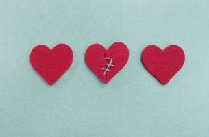 Tre hjärtan varav ett brustet