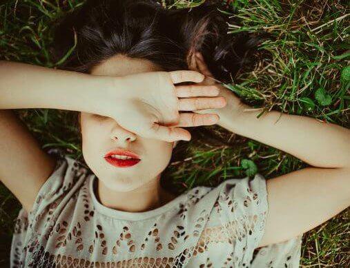 Flicka i gräset