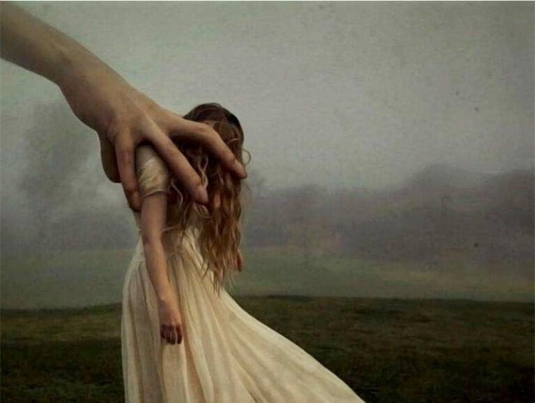 Hand greppar kvinna