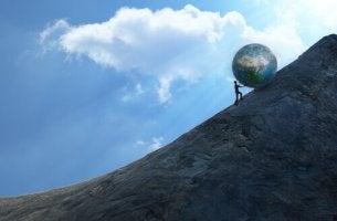 Knuffar världen uppför berg