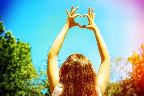 Kvinna formar hjärta