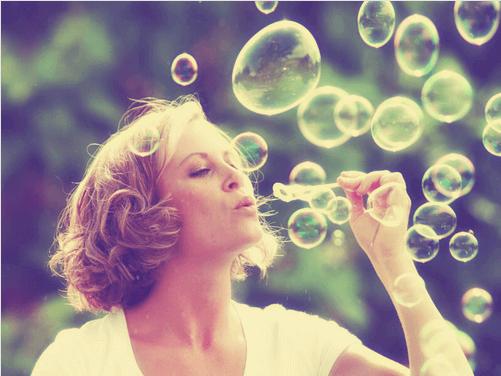 Kvinna med såpbubblor