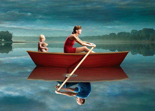 Kvinna ror båt