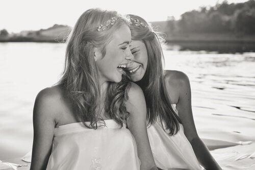 Skrattande flickor