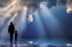Far och son promenerar