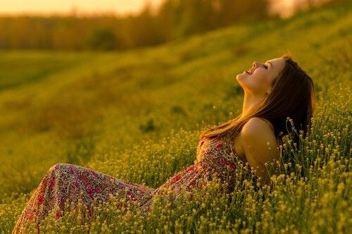 Glad kvinna på äng
