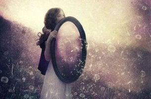 Kvinna håller spegel