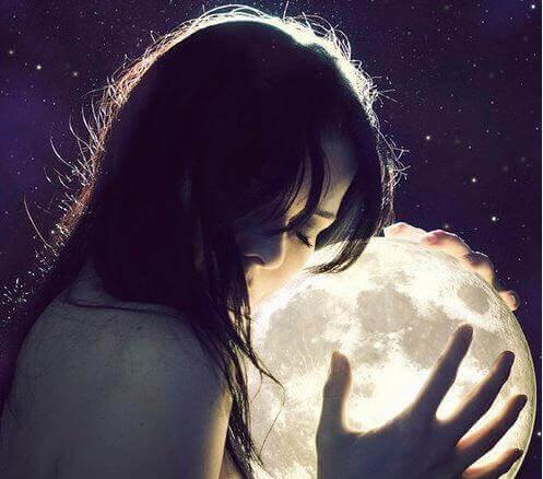 Kvinna kramar månen