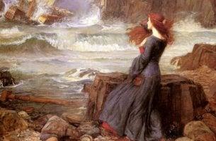 Kvinna bland klippor