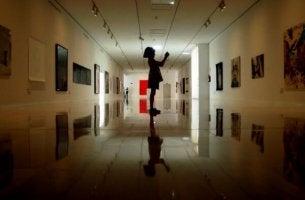 Flicka i korridor