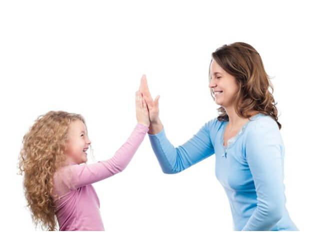 Glad mor och dotter