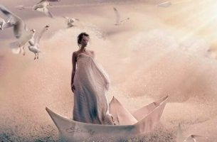 Kvinna i pappersbåt