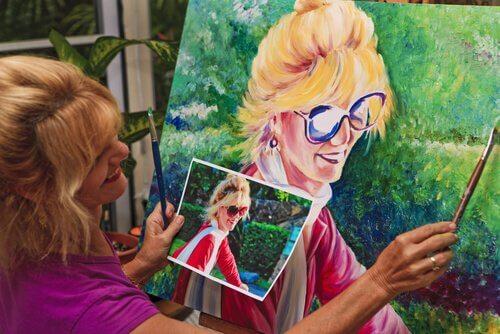 Kvinna målar porträtt