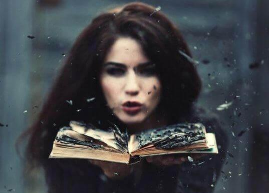 Kvinna med brinnande bok