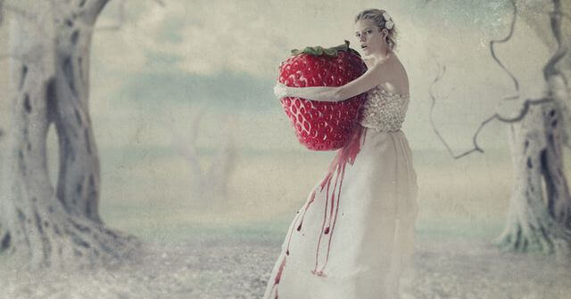 Kvinna med stor jordgubbe
