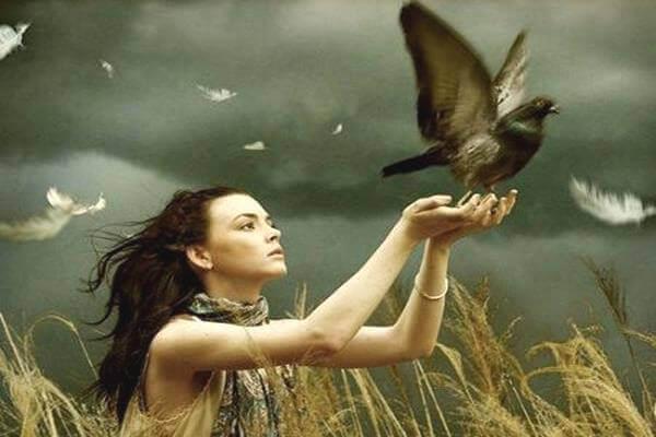 Kvinna släpper fågel