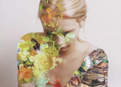 Kvinna täckt i blommor