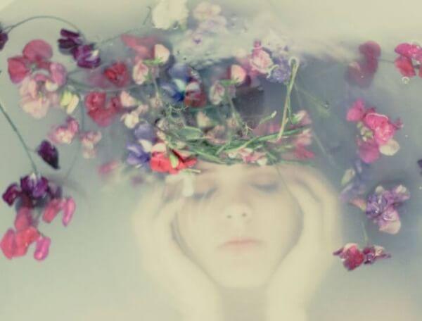 Kvinna under blommor