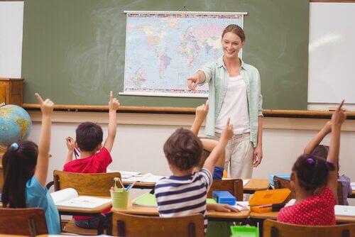 Kvinna utbildar barn