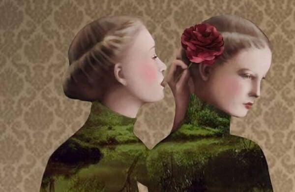 Kvinna viskar i öra