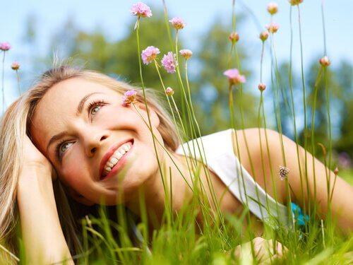 Leende kvinna i gräs