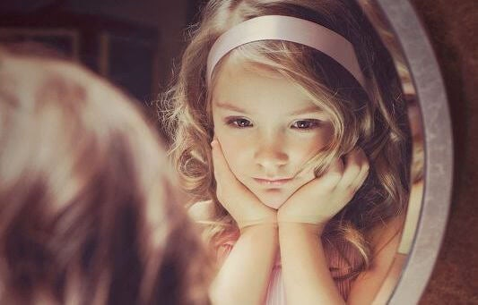 Liten flicka i spegel
