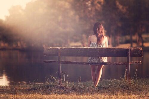Ensam kvinna på bänk
