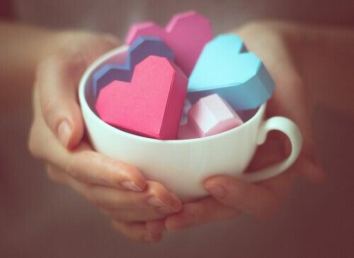 Kopp med hjärtan
