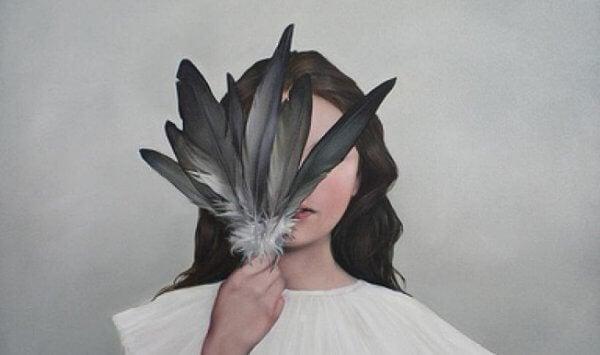 Kvinna bakom fjädrar